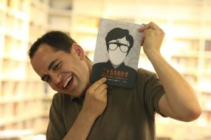 Marc Serena con el libro en su versión China