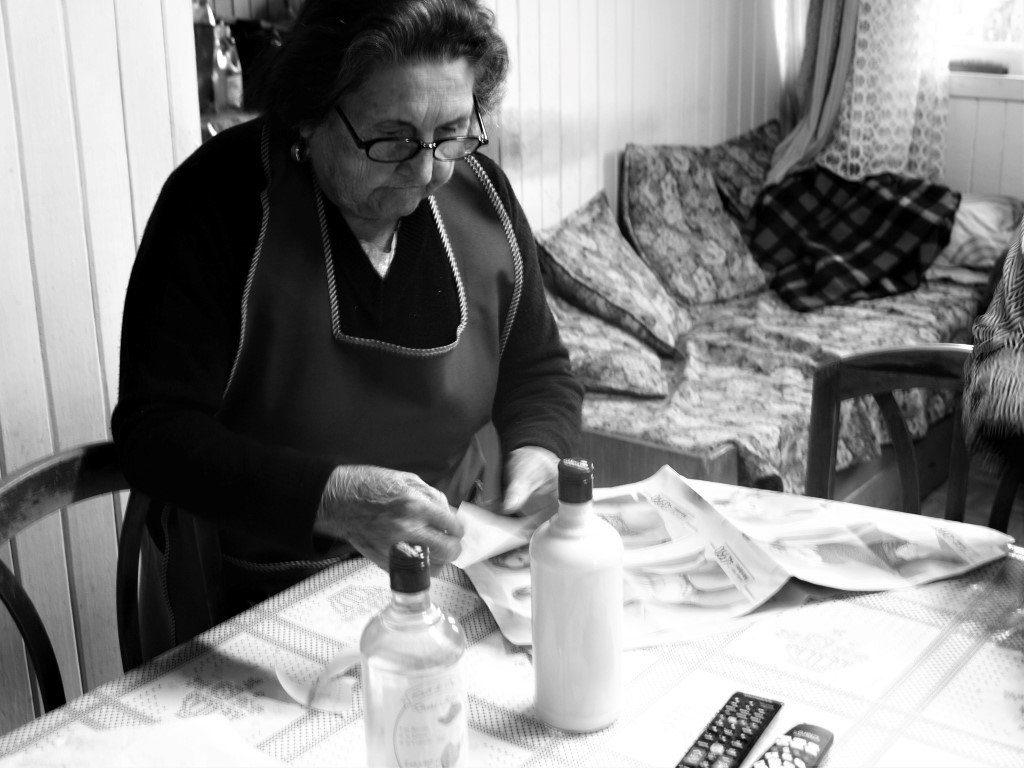 Doña Rosa elabora licores desde hace 50 años en Chonchi. / © A. F. RECA